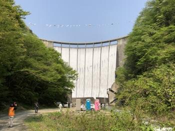 直下より見た鳴子ダム