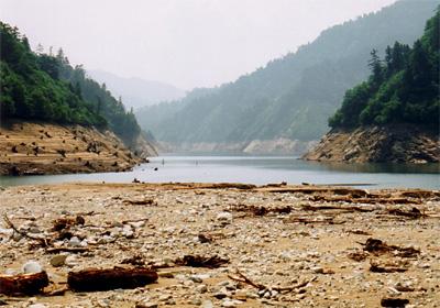渇水のとき、ダムは? - ダム便覧 [テーマページ目次] [ダム便覧] [Home] 渇水のとき