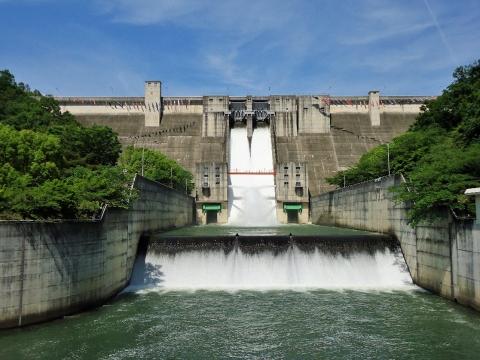 ダム直下流より放流全景