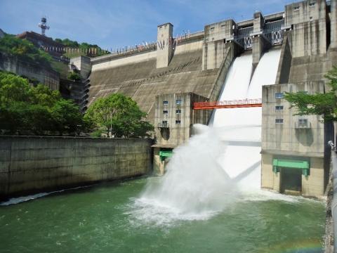 ダム直下流左岸よりの放流