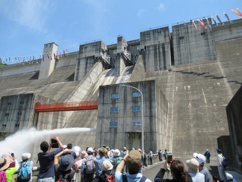 放流開始:一庫ダム管理所提供